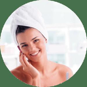 Mujer al salir de la ducha para cuidado de la piel.