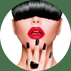 Mujer con flequillo tapando los ojos, labios pintados, las uñas pintadas y rostro depilado.