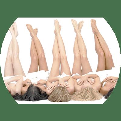 Mujeres con piernas extendidas en vertical haciendo referencia a la depilación