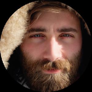 Cara de un hombre con barba para explicar la depilación másculina